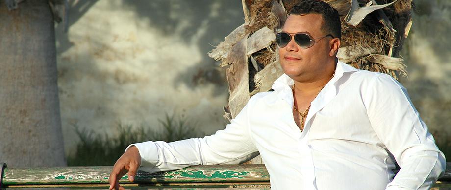 الفنان المغربي عماد المواج يستهجن اختيار الكلمات السطحية للاغنيات ويؤكد المواهب تصنعها الاسر